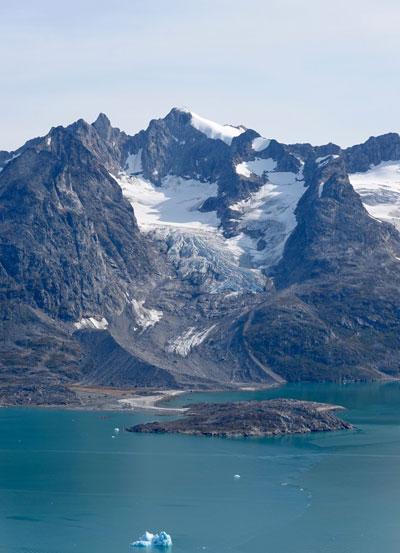 Gravel in front of glacier